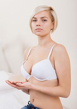 Голая девушка маленького роста с большой грудью